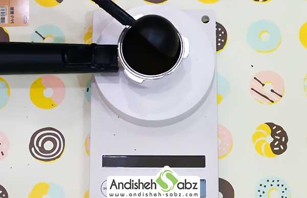 فشردن پودر قهوه در پرتافیلتر برای تهیه اسپرسو - اندیشه سبز